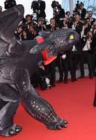 Cate Blanchett tem companhia de um dragão no tapete vermelho de Cannes