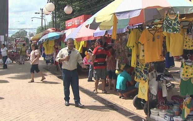 Repórter Luízio Oliveira mostra o movimento do comércio no centro de Rio Branco (Foto: Bom Dia Amazônia)