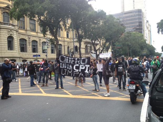 Grupo bloquieia o trânsito na Avenida Rio Branco, altura da Cinelândia (Foto: Cristiane Cardoso/G1)