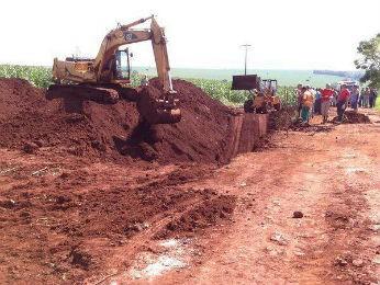 Homens trabalhavam na instalação de uma rede de esgoto, quando um barranco desmoronou (Foto: Juliane Guzzoni/RPCTV Maringá)