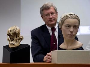 O antropólogo Doug Owsley mostra o crânio e a reconstrução facial de garota de 14 anos que teria sido vítima de canibalismo nos EUA no século 17 (Foto: Carolyn Kaster/AP Photo)