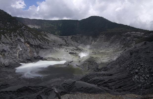 Fumaça e cinzas expelidas pelo vulcão Tangkuban Perahu nesta quinta-feira (7) em Java Ocidental (Foto: AP)