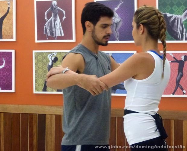 Rodrigo ensina passo para Ana Beatriz (Foto: Domingão do Faustão / TV Globo)
