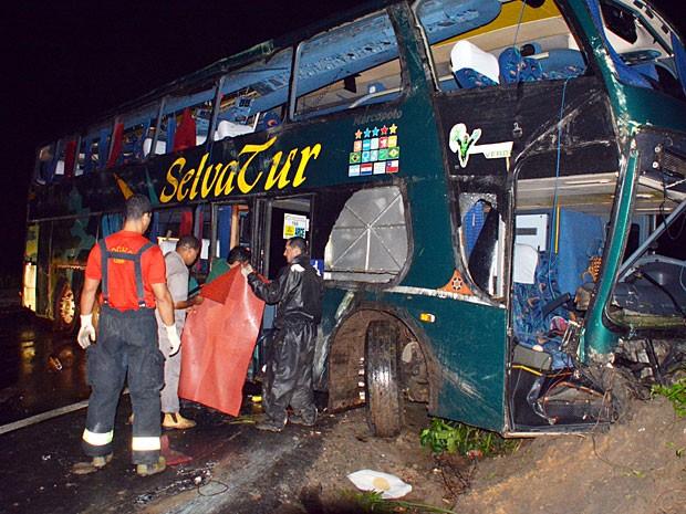 Acidente com a banda Raça Negra, na BR-101, em Goiana-PE (Foto: Walter Paparazzo/G1)
