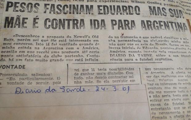 Recorte de jornal com notícia do interesse do Newell´s Old Boys por Eduardo Pimentel (Foto: Valeska Silva / Globoesporte.com)