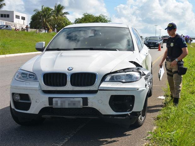 De acordo com a Polícia Rodoviária Federal (PRF), a vítima era uma mulher de 65 anos e recebeu os primeiros socorros no local por uma equipe do SAMU, mas não resistiu. Ainda segundo informações da PRF, a motorista fugiu, abandonando o veículo no local do acidente e até o momento não foi encontrada (Foto: Walter Paparazzo/G1)