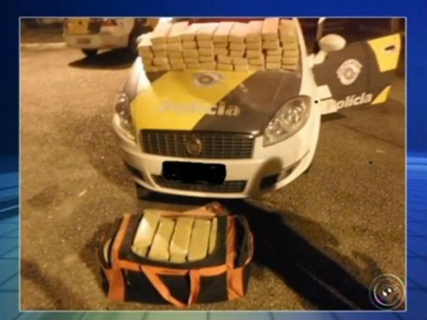 Polícia Rodoviária apreende mais de 100 kg de maconha em Araçariguama (Foto: Reprodução/ TV TEM)
