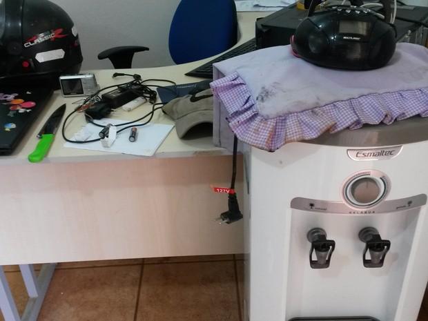 Vários produtos encontrados com os suspeitos estão na Delegacia de Guajará-Mirim aguardando a presença dos donos. (Foto: Junior Freitas/G1)