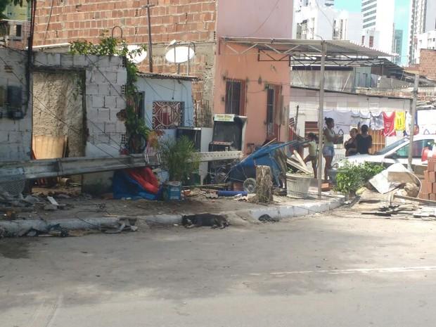 Poste caiu após ser atingido por um veículo, segundo o Corpo de Bombeiros (Foto: Reprodução/WhatsApp)