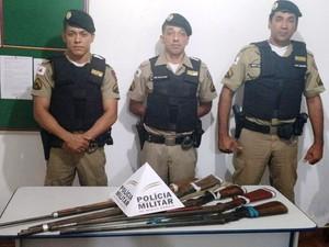 Armas apreendidas pela PM em Juvenília (Foto: Polícia Militar/Divulgação)