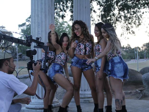 O grupo Bonde das Maravilhas em ação no clipe da música Novo movimento  (Foto: Tom Produções/ Divulgação)