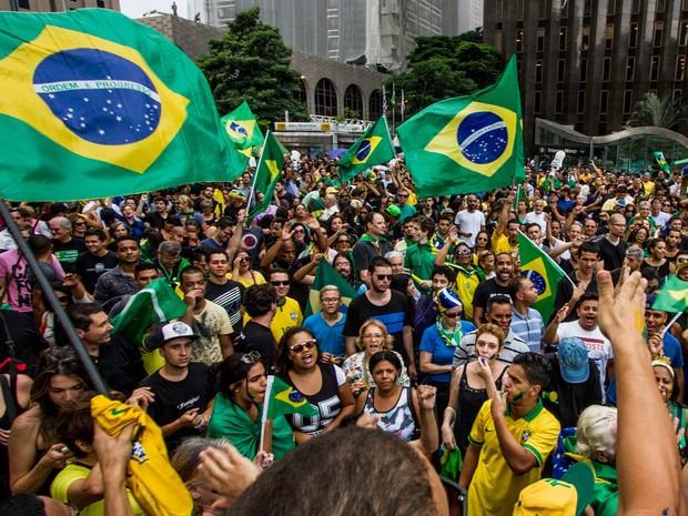 Manifestantes protestam na Avenida Paulista, em São Paulo, contra a nomeação do ex- presidente Luiz Inácio Lula da Silva para a Casa Civil e pela renúncia da presidente Dilma Rousseff (Foto: Carla Carniel/Código19/Estadão Conteúdo)