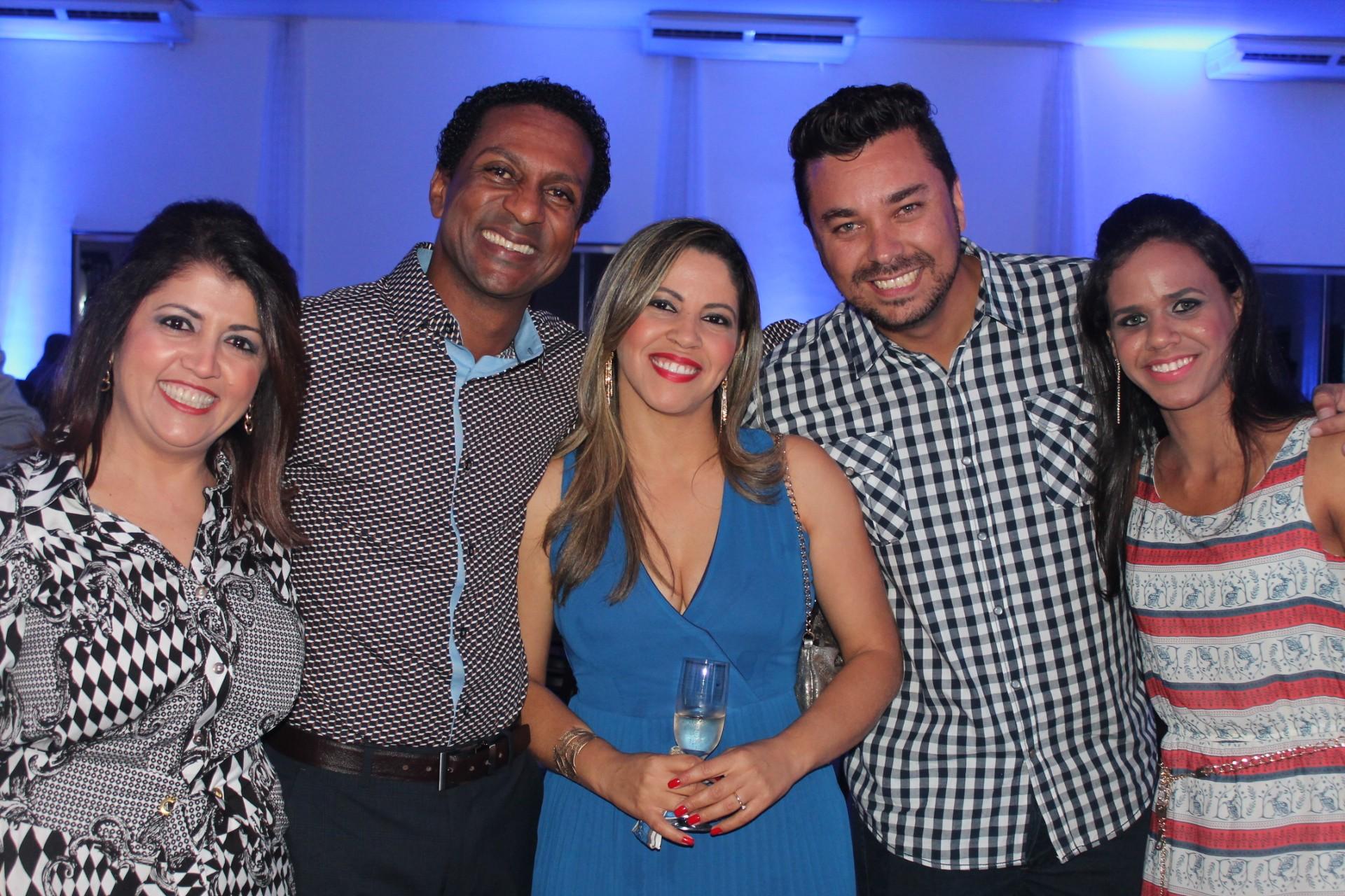 Camilla com amigos de trabalho e o ator Luiz Miranda (segundo da esquerda para a direita) durante festa de lançamento do Canal Digital da TV Grande Rio (Foto: Arquivo Pessoal)