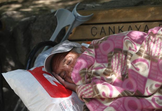 Manifestante silencioso acampado em protesto no Parque Kugulu, em Ancara, nesta segunda-feira (24) (Foto: AFP)