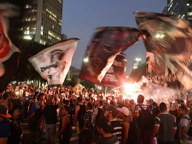 Integrantes da Gaviões da Fiel protestam no Vale do Anhangabaú, no Centro de SP, nesta sexta (15) (Foto: Fábio Vieira/Fotorua/Estadão Conteúdo)