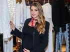Rafa Brites vai a evento de moda e exibe barrigão de 7 meses de gravidez