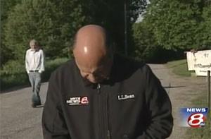 Robert McDonough surgiu atrás de âncora que falava ao vivo sobre seu desaparecimento (Foto: Reprodução/YouTube/WMTWTV)