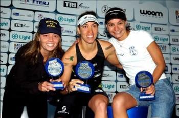 Pódio feminino do Short IronMoon: a campeã Vanessa (ao centro), Fernanda (à esquerda) e Carolina (Foto: Arquivo)