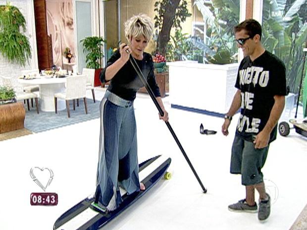 Ana Maria recebe aulas básicas de 'skate paddle' (Foto: Mais Você / TV Globo)