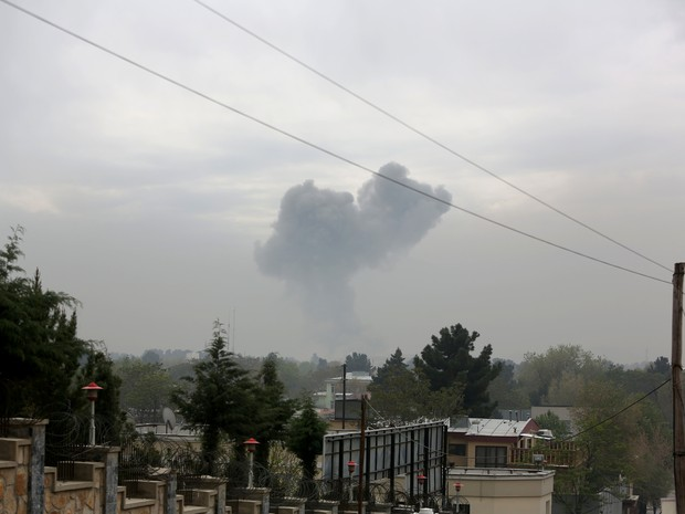 Smoke rises after a suicide attack in Kabul, Afghanistan, Tuesday, April 19, 2016. Sediq Sediqqi, spokesman for the Afghan Interior Ministry, says the suicide attack was followed by gunfire, and the area has been surrounded by security forces (Foto: Rahmat Gul/AP)