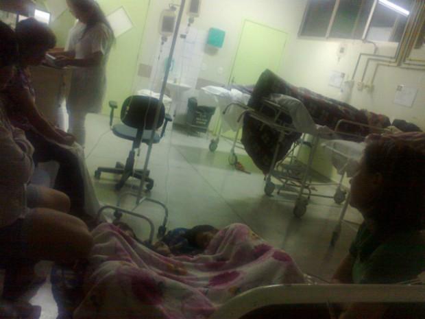 Outros pacientes registraram as duas adolescentes acomodadas sobre um cobertor no chão de uma das alas do Hospital Municipal de Foz do Iguaçu (Foto: Reprodução / RPC)