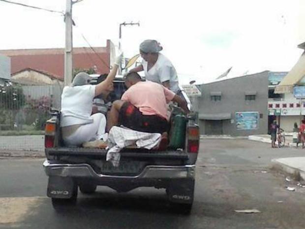 Paciente foi levado em veículo junto com enfermeiras e balão de oxigênio (Foto: Ana Caroline/Arquivo pessoal)