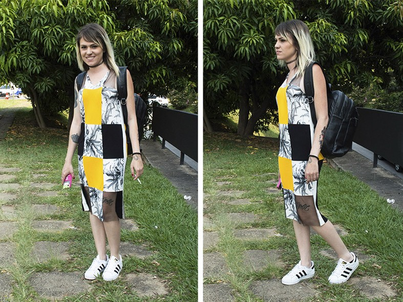 Para deixar o vestido do ateliê Thiago Miranda ainda mais moderno, a designer Caroline Serrano optou por combiná-lo com o tênis Adidas na cor branca e com a mochila preta de couro da Le Postiche