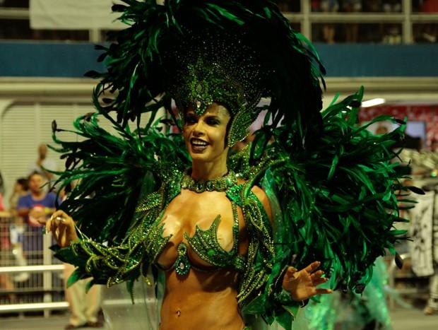 Cacau Colucci em desfile da Dragões (Foto: Brazil News)