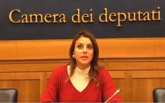 Renata Bueno, deputada ítalo-brasileira, comunica em vídeo divulgado nas redes sociais que a emenda caiu (Foto: Reprodução)