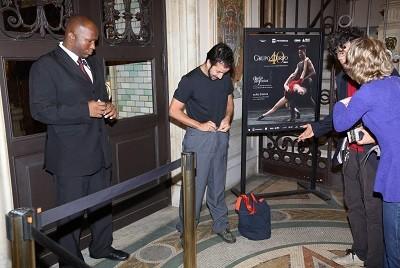 Jaime Bernardes veste a calça para poder entrar no Municipal