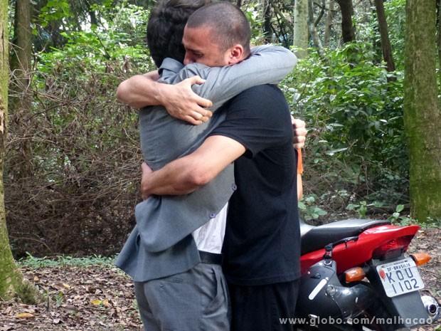 Vitor perdoa Sal (Foto: Malhação/TV Globo)