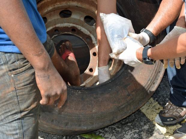 Dividido em 90 tabletes, entorpecente foi encontrado dentro de pneus de um caminhão (Foto: Divulgação / Polícia Federal)