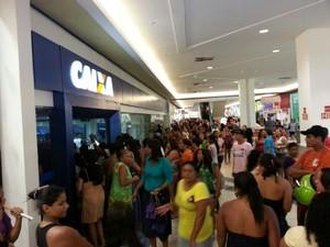 Boato de fim do Bolsa Família causa tumulto em agências bancárias de Maceió (Foto: Jonathan Lins/G1)