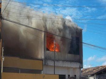 Incêndio destrói casa em Estância, SE (Foto: Divulgação/Diário Sergipano)