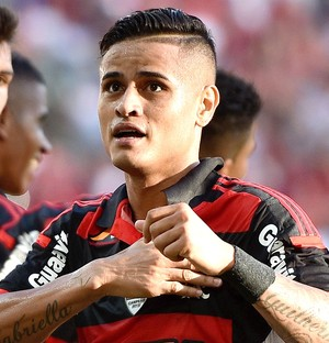 Everton comemora gol do Flamengo contra o Coritiba (Foto: Getty Images)