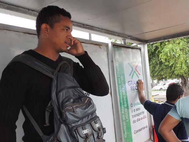 O vigilante Luiz França desistiu de tentar pegar transporte público para chegar ao trabalho. (Foto: Katherine Coutinho / G1)