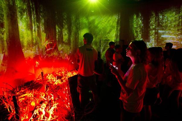 Outro ambiente interativo mostra os riscos e efeitos dos incêndios florestais (Foto: Victor R. Caivano/AP)