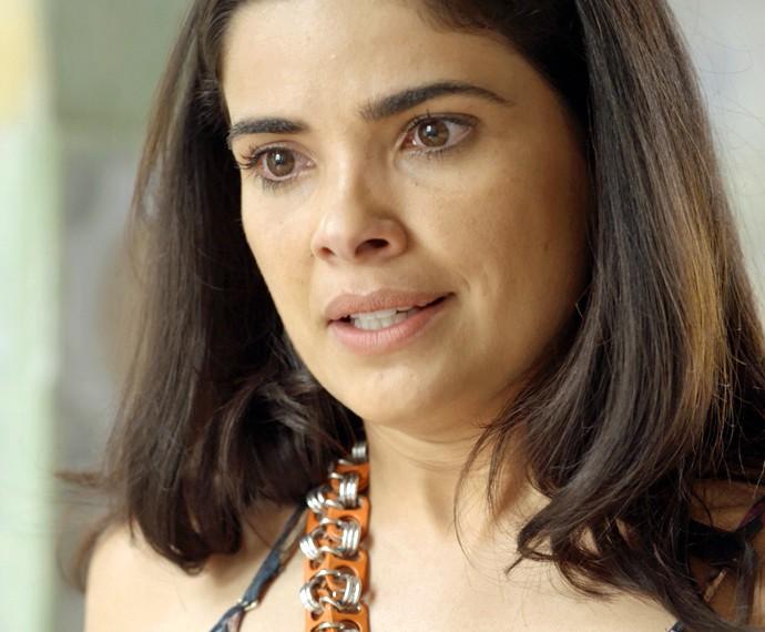 Tóia revela tudo o que descobriu sobre o namorado da mãe (Foto: TV Globo)