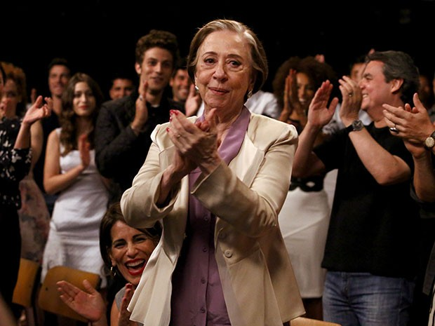 Fernanda Montenegro é aplaudida de pé pelo elenco de Babilônia (Foto: Raphael Dias / Gshow)