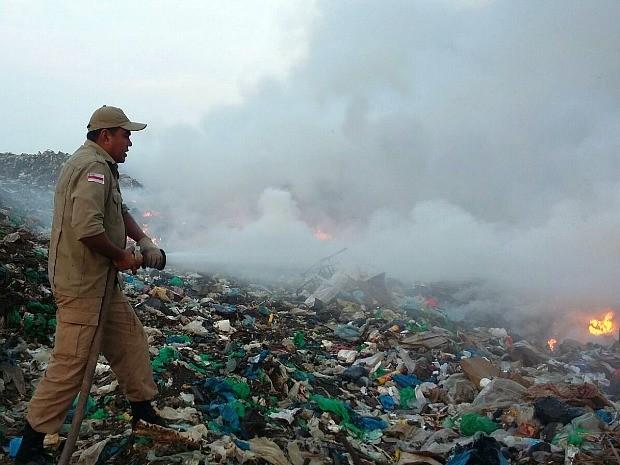 Combate ao incêndio durou 24h em Parintins  (Foto: Divulgação/Corpo de Bombeiros)
