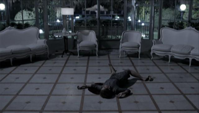 Angela é assassinada (Foto: O Rebu / TV Globo)