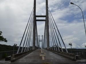 Ponte Binacional sob Rio Oiapoque custou R$ 61 milhões e está pronta desde 2011 (Foto: Abinoan Santiago/G1)