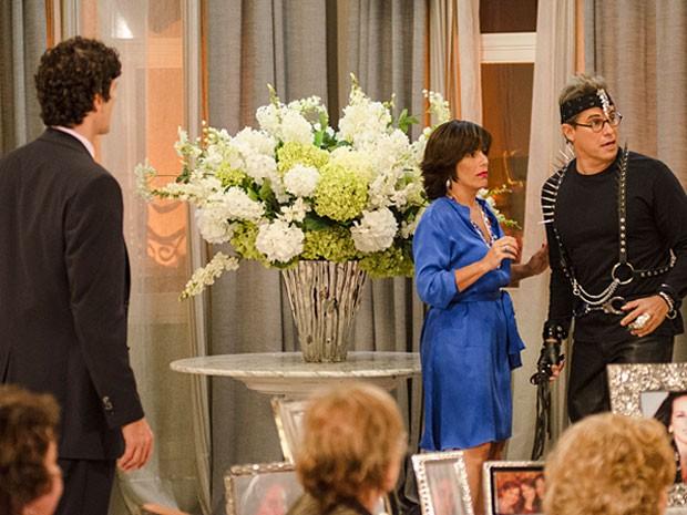 Felipe invade casa de Roberta com visual bizarro (Foto: Guerra dos Sexos / TV Globo)