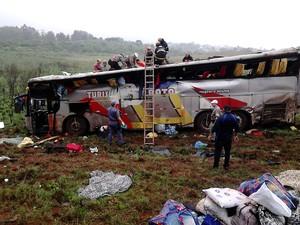 Motorista do ônibus perdeu o controle e caiu de um barranco de 25 metros em Passo Fundo (Foto: Fábio Lehmen/RBS TV)
