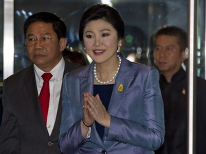 A primeira-ministra interina da Tailândia, Yingluck Shinawatra, chega ao Tribunal Constitucional para defender sua inocência da acusação de abuso de poder nesta terça-feira (6) (Foto: Sakchai Lalit/AP)