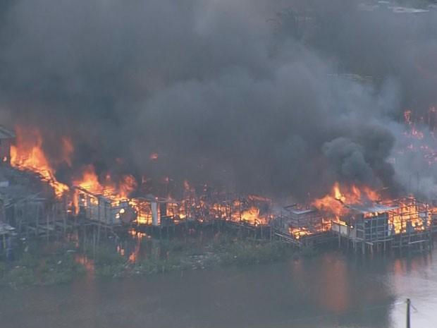 Incêndio no bairro dos Coelhos, Recife (Foto: Reprodução / TV Globo)