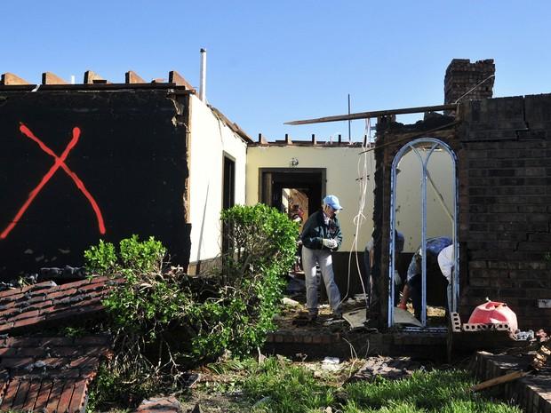 Moradores avaliam casas destruídas por tornado em El Reno, Oklahoma (Foto: Nick Oxford/AP)