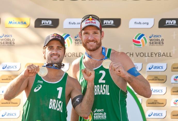 Bruno Schmidt e Alison ficam com o ouro no Grand Slam de Long Beach (Foto: Divulgação/FIVB)