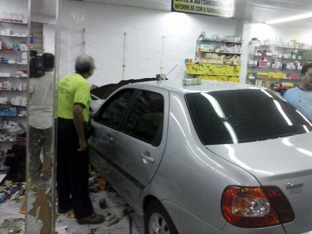 Carro invadiu a farmácia e atropelou as pessoas na noite desta quarta em Natal (Foto: Victor Lyra)