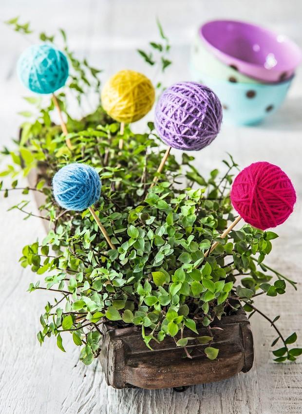 A floreira com tostões ganha bolinhas de isopor disfarçadas de novelo de lã (Foto: Cacá Bratke / Editora Globo)